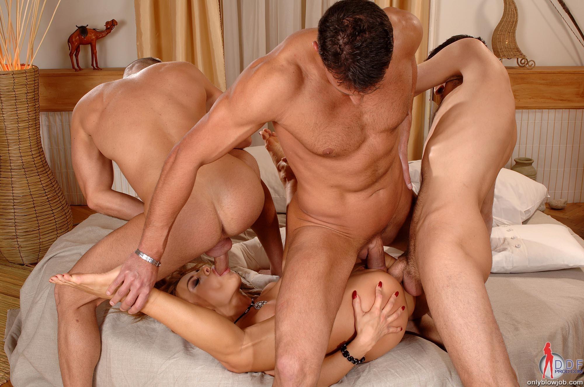 секс трое парней и одна девушка мамаша полезла сына