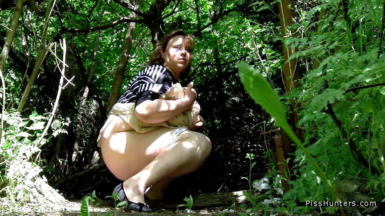 фото пописала под деревом - 7